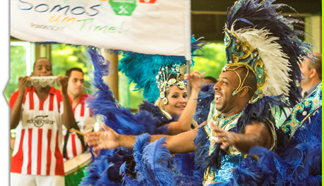 Depois da atividade motivacional os colaboradores cebebram com um show de escola de samba, com casal de mestre-sala e porta-bandeira, passistas e coreógrafos.